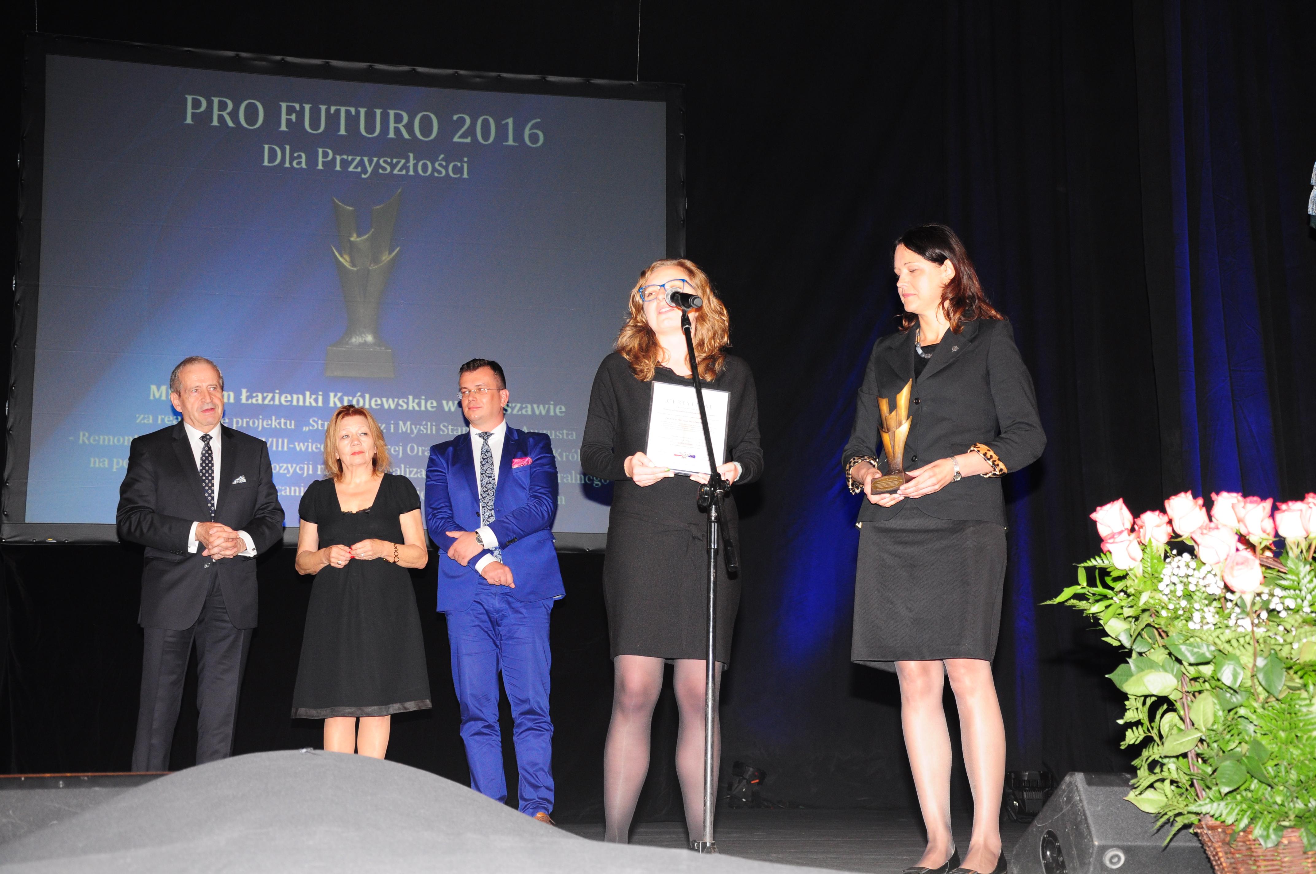 Dyrektor Elżbieta Ofat i Dyrektor Izabela Zychowicz odbierają nagrodę dla Muzeum Łazienki Królewskie