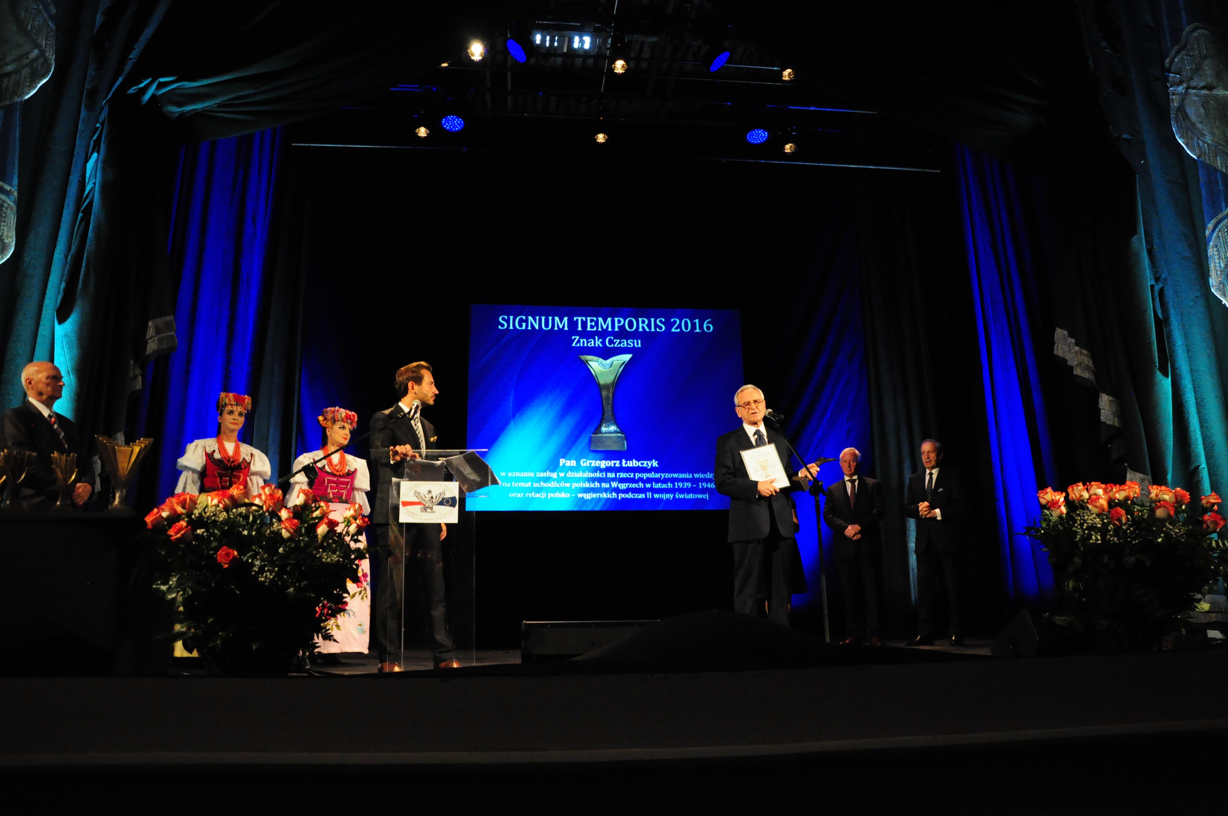 Pan Grzegorz Łubczyk odbiera nagrodę