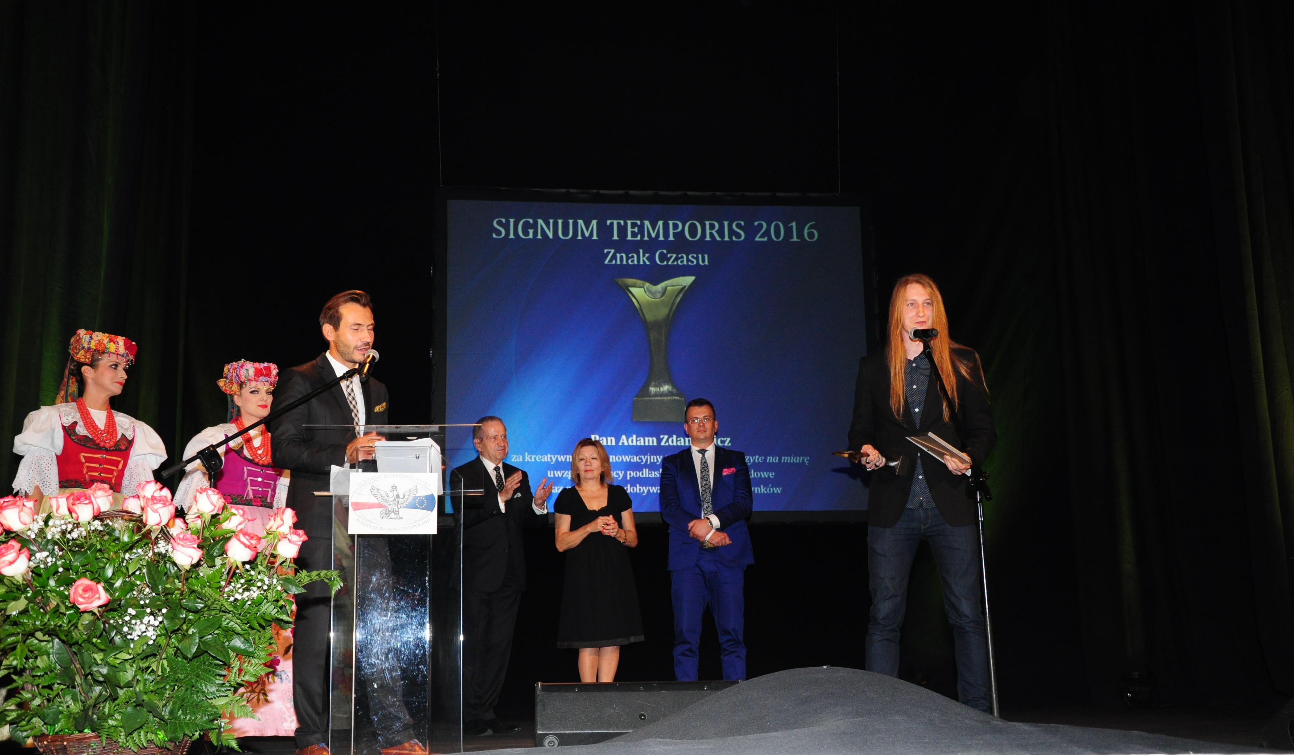 Pan Adam Zdanowicz odbiera nagrodę