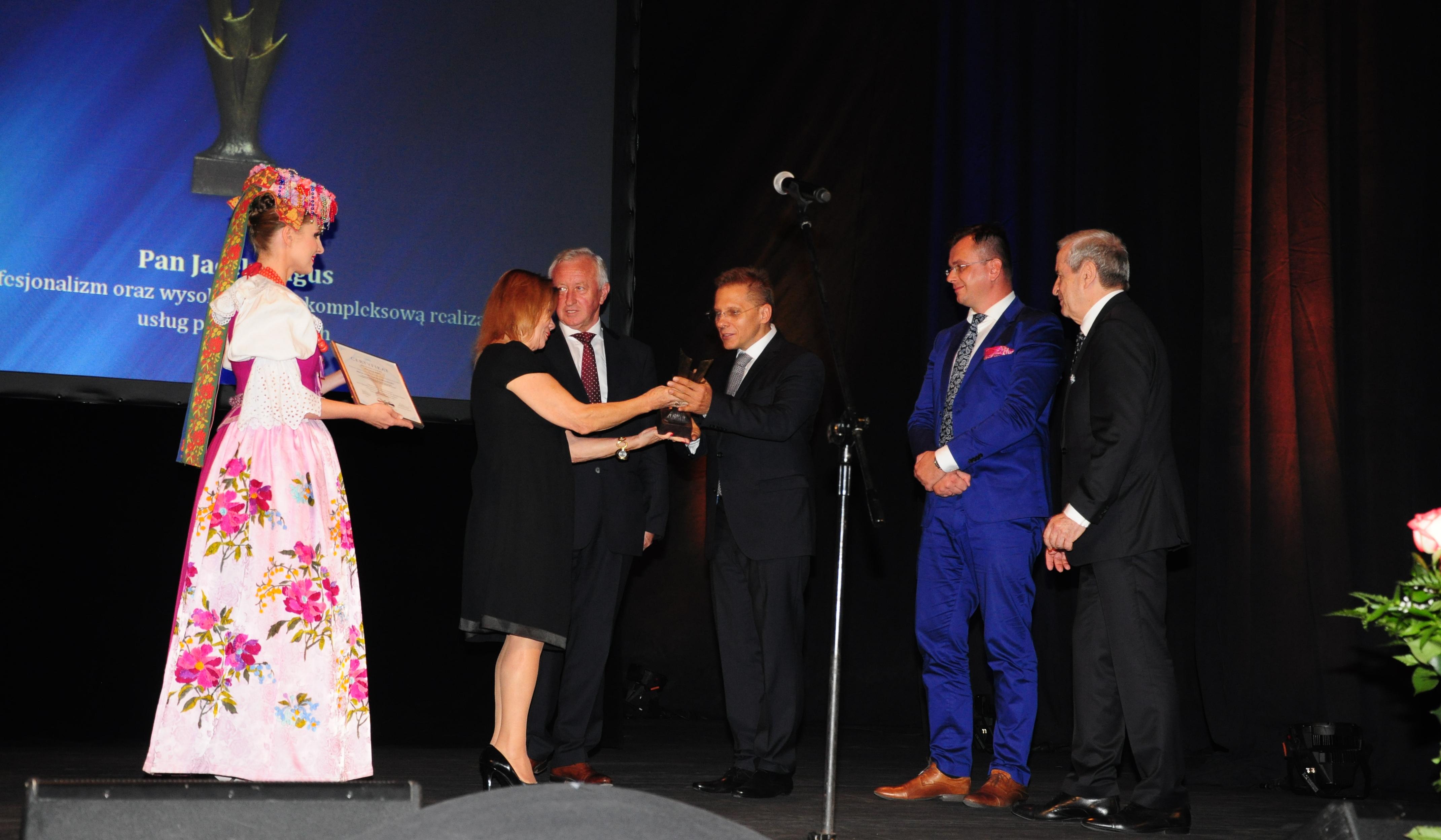 Jacek Ragus odbiera nagrodę