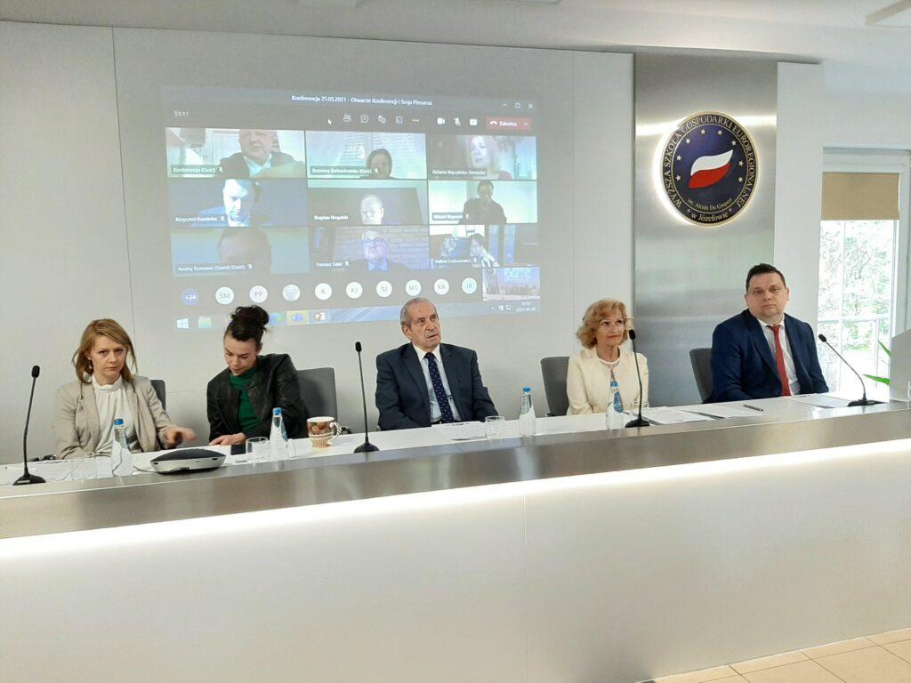 Prezydium Konferencji w środku Prezes EKB Polska Pan Janusz Cieślak